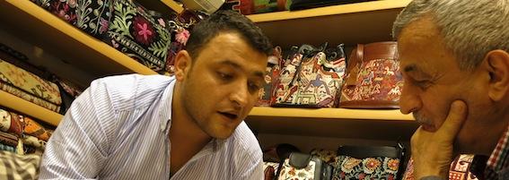 Necati beim Einkaufen in Istanbul