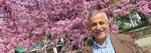 Necati unter einem blühenden Erguvan-Baum in Istanbul