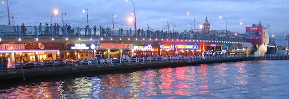 Die Istanbuler Galatabrücke by night